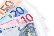 Euroscheine auf weißem Hintergrund Kredit trotz SCHUFA ohne Bürgen