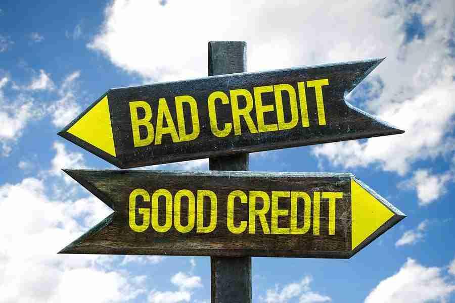 """Wegweiser mit der Aufschrift """"Bad Credit und Good Credit"""" – schlechte Bonität und gute Bonität."""