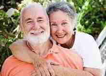 Glückliches Rentnerehepaar: Kredit auch bei kleinerer Rente