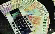 Diverse Banknoten und Rechner, wie viel Kredit bei 1200 netto