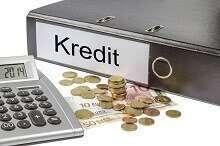Ordner mit der Aufschrift Kredit, Kleingeld und Rechner