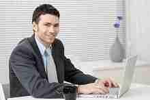 Junger Mann bei einer Kreditanfrage am Computer